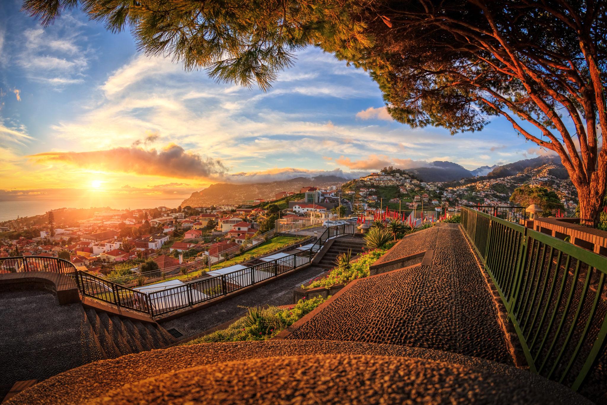 Sonnenuntergang über dem Meer bei Funchal