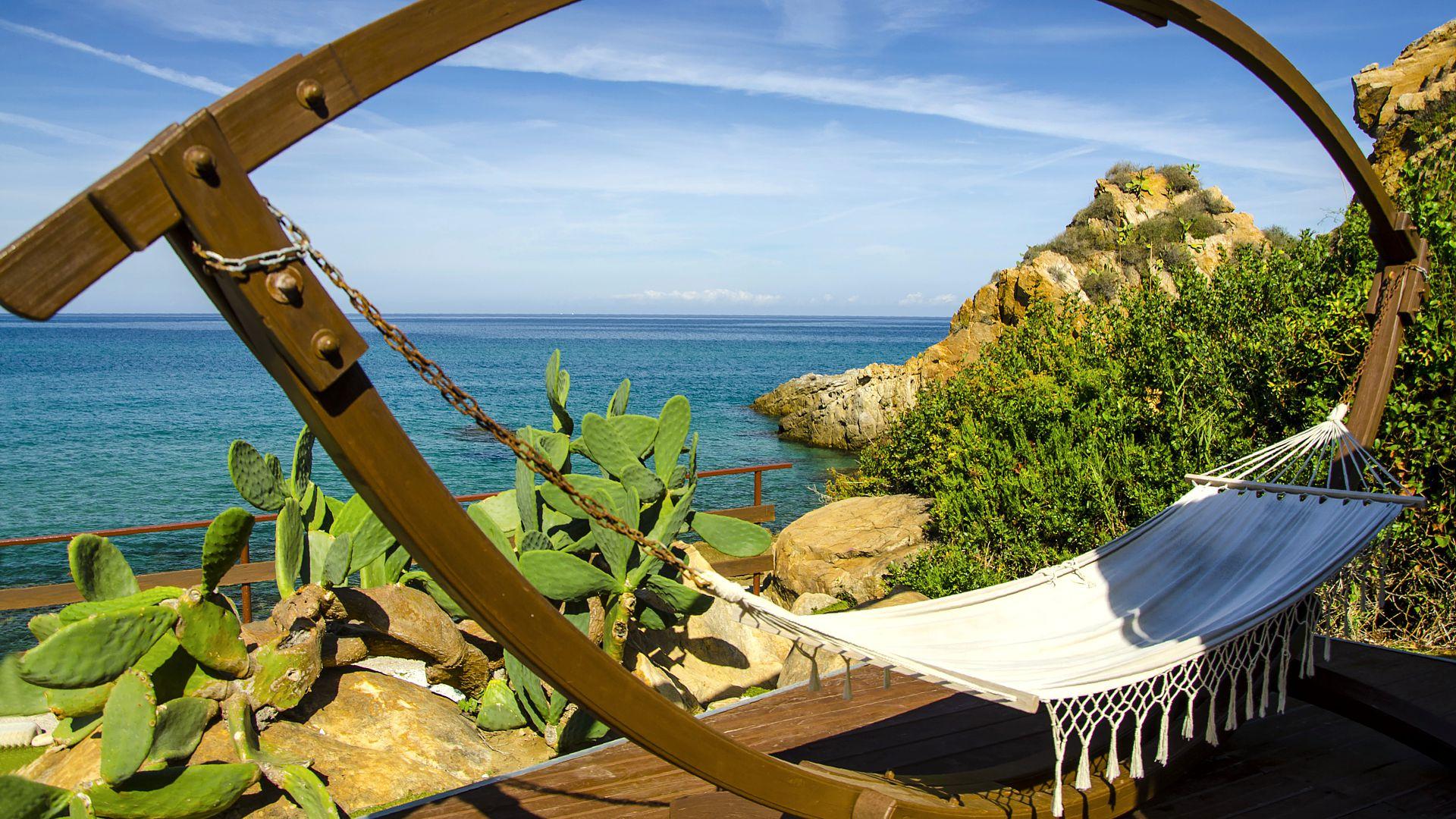 Erholung pur in der Hängematte im nachhaltigen Calanica Strandhotel, Sizilien