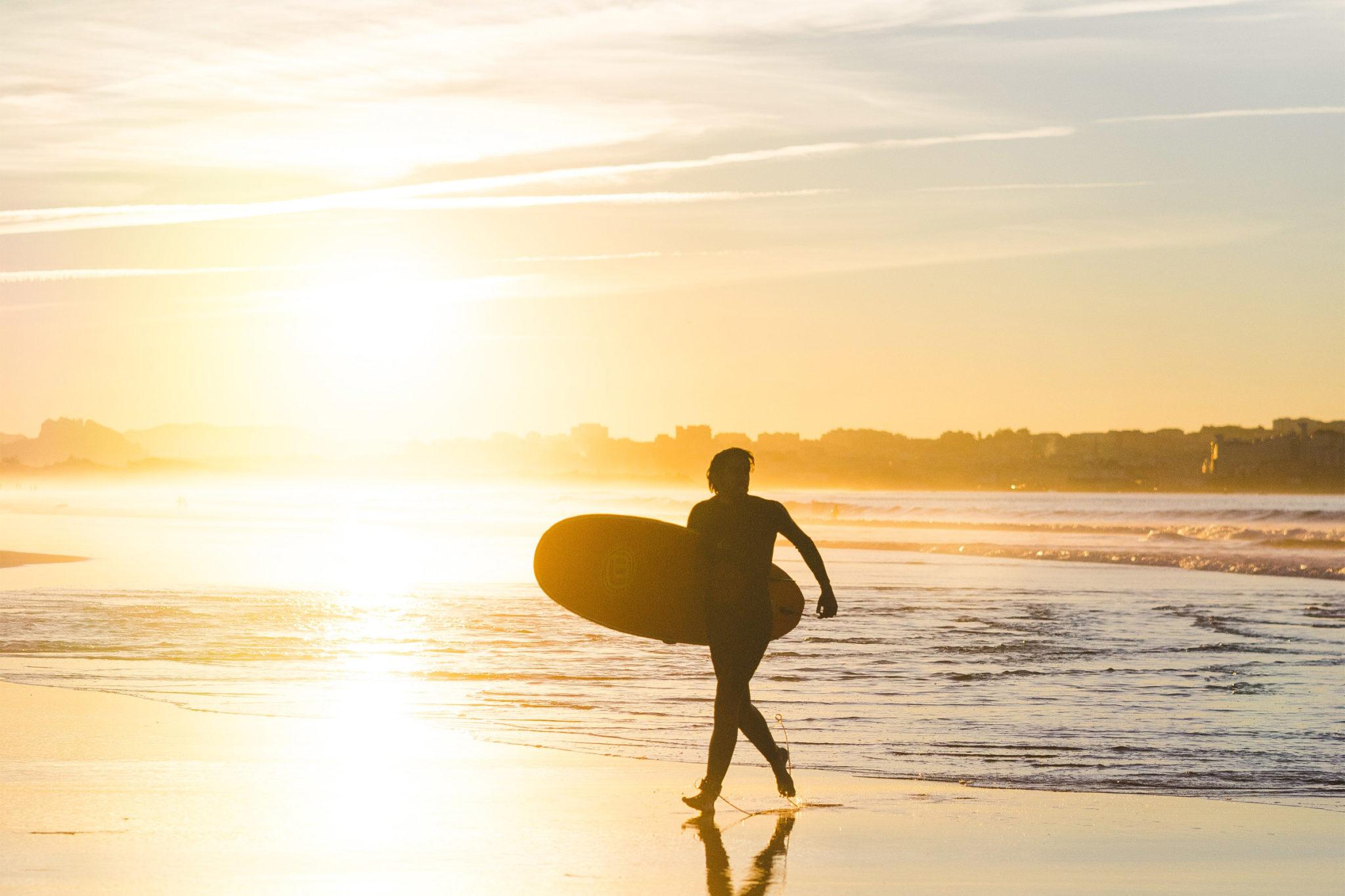 Surfer am Strand von Somo in Kantabrien