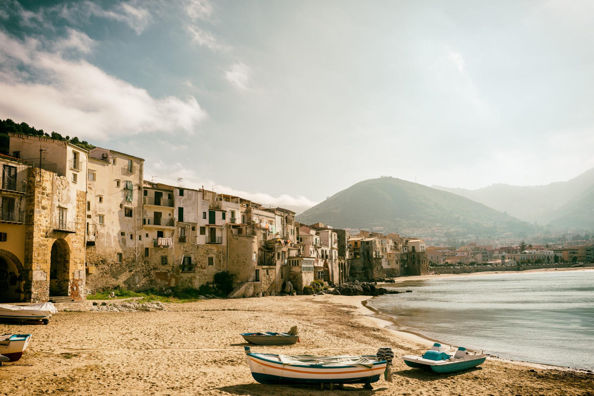 Strand von Cefalù in Sizilien
