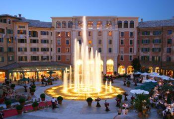 Blick auf die Plaza vor dem Hotel Colosseo  © Europa Park