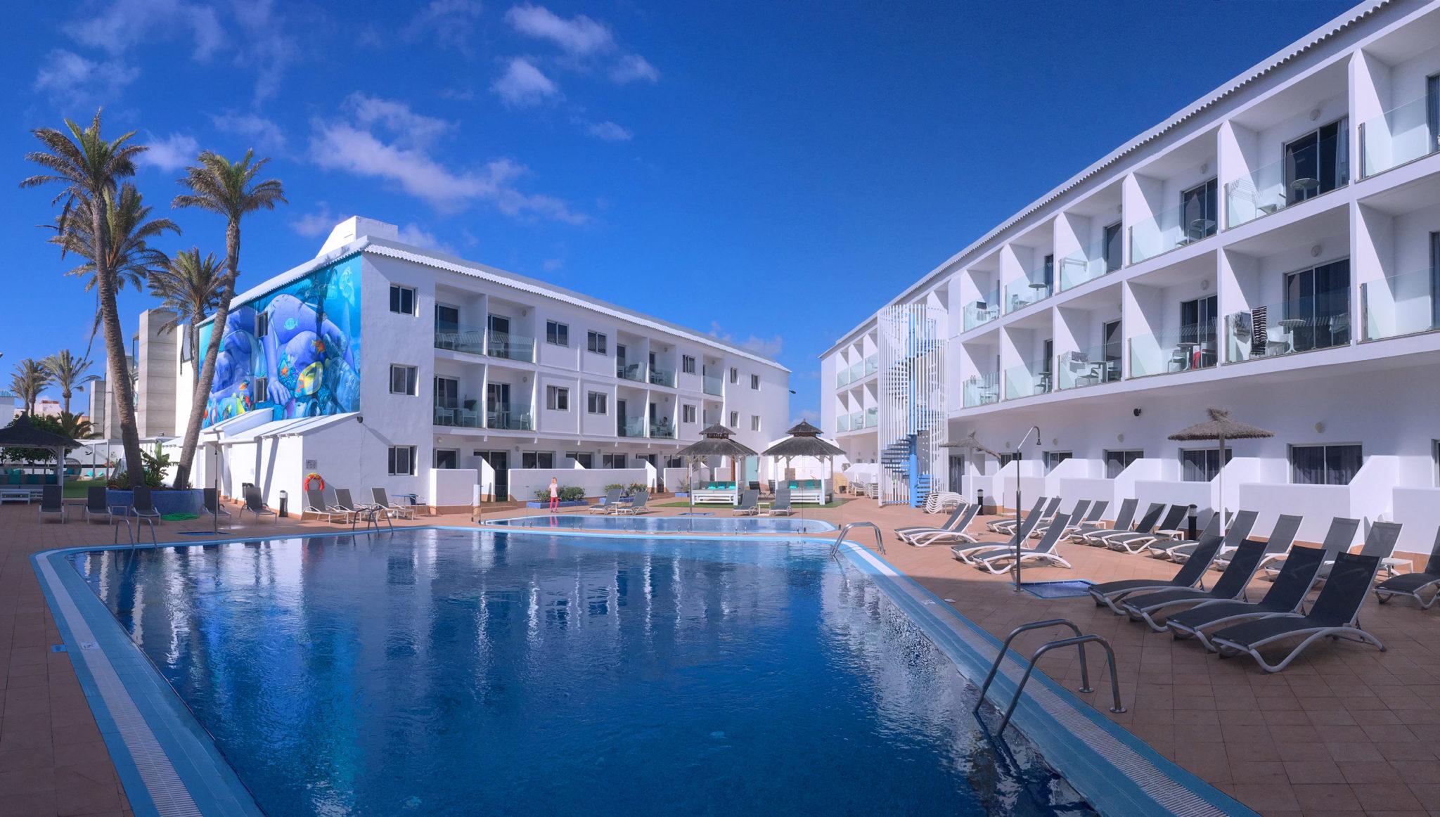 Pool und Innenhof des Hotel Surfing Colors