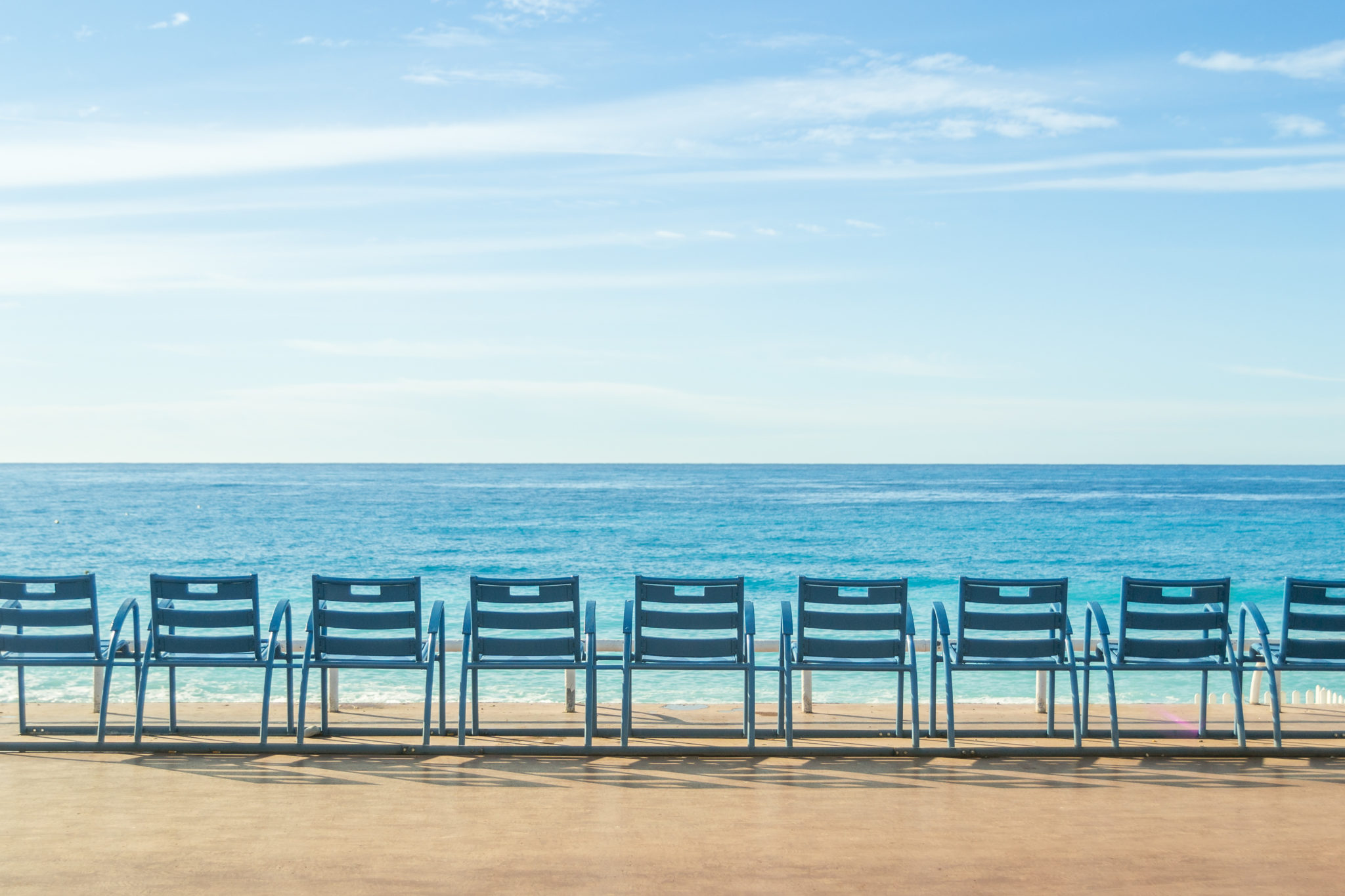 Die blauen Stühle an der Promenade von Nizza