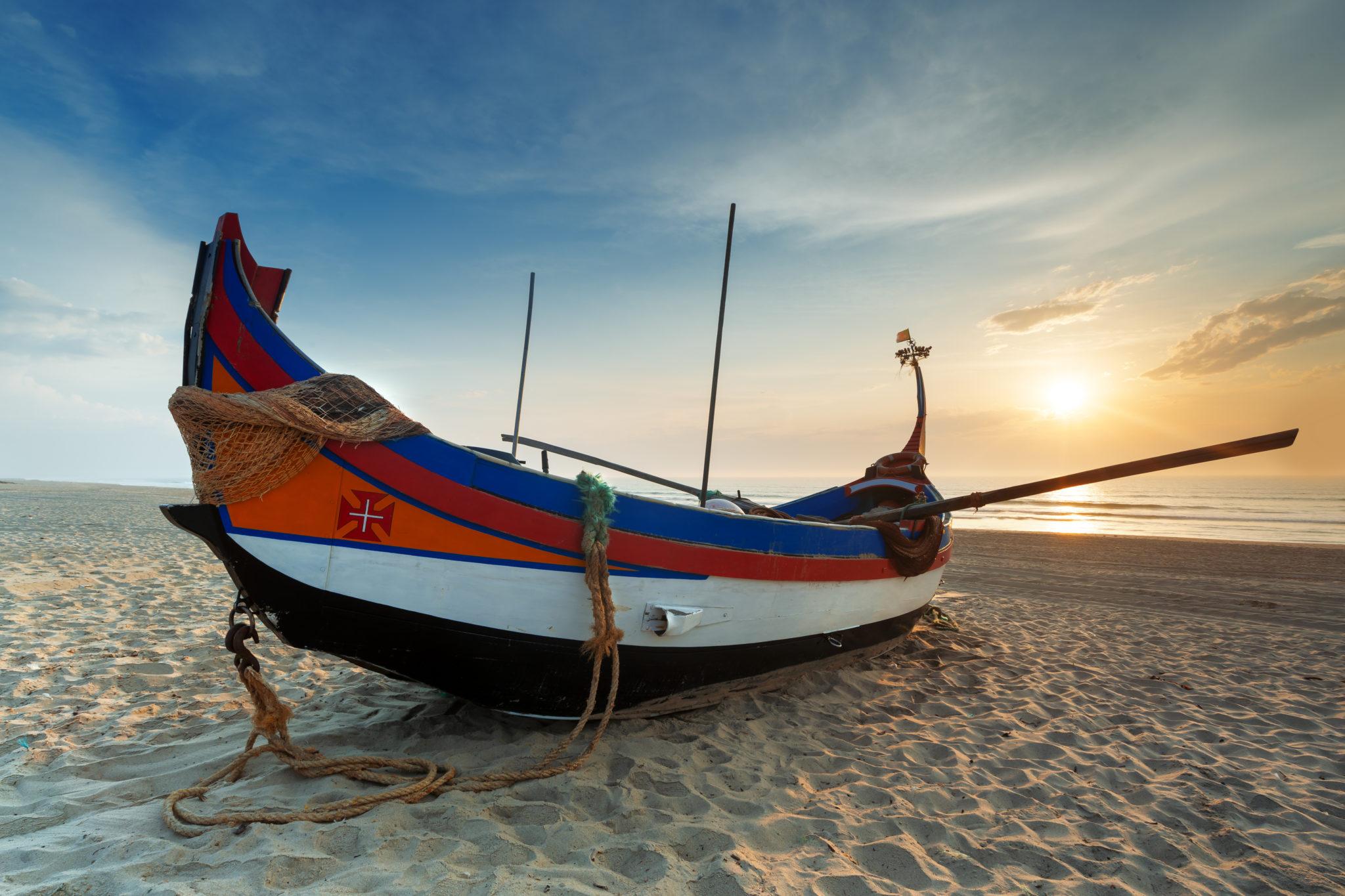 Fischerboot am Strand der Costa da Prata