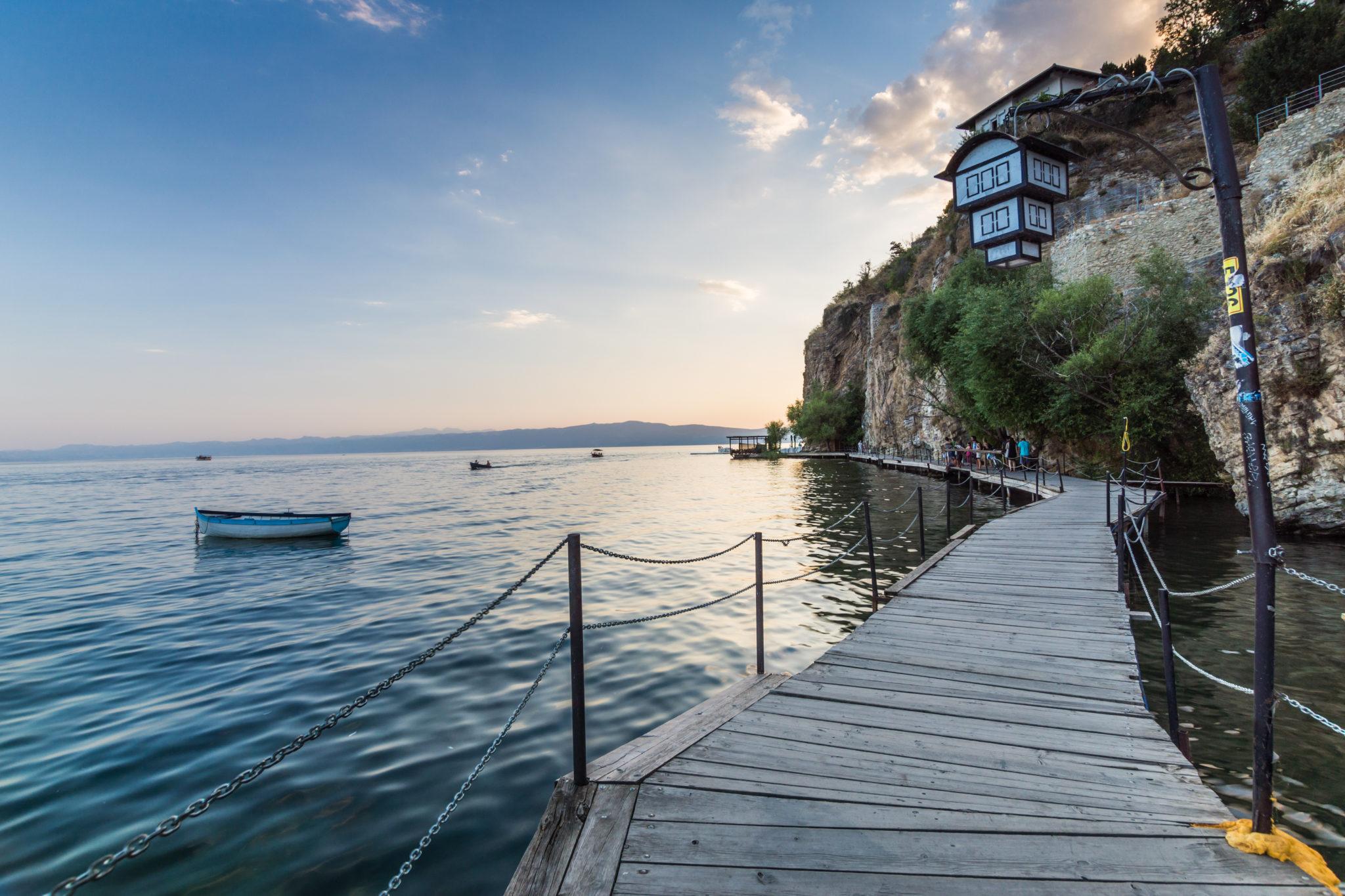Holzsteg am Ohridsee in Nordmazedonien