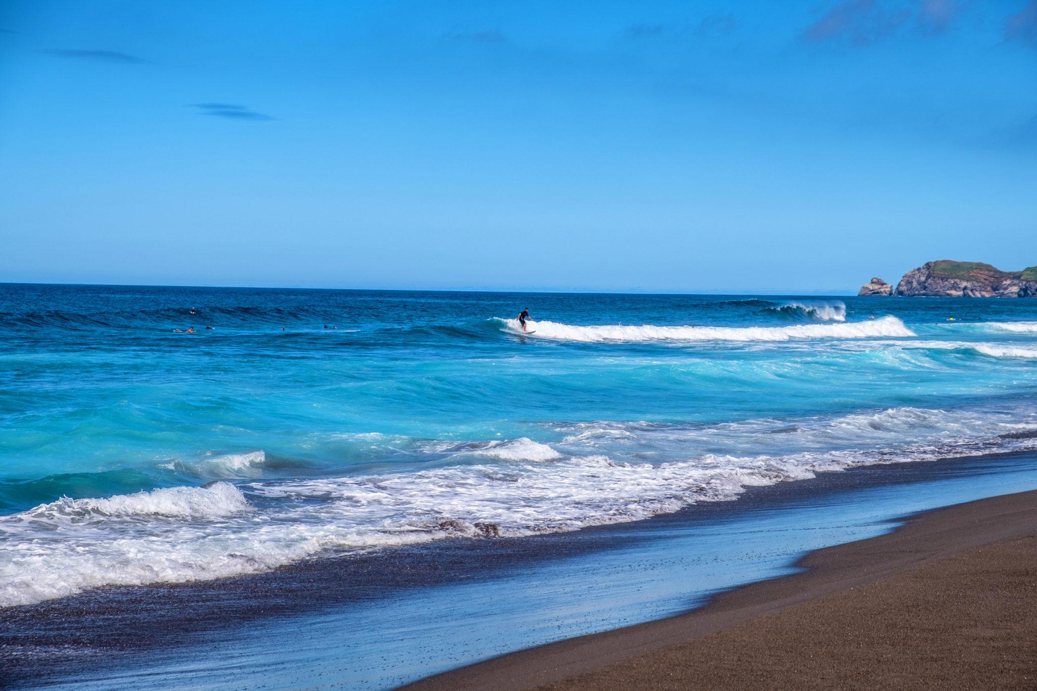 Surfen am Strand von Santa Barbara auf den Azoren